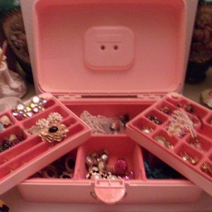 VINTAGE JEWELRY BOX & JEWELRY. MS